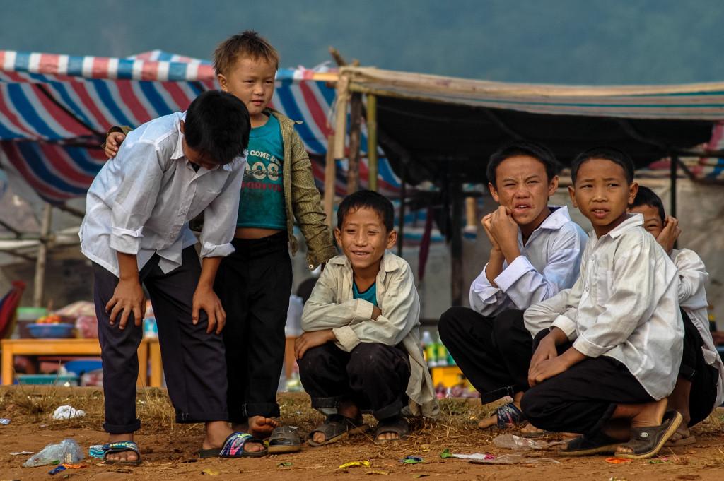 Chłopcy obserwujący wyścigi łodzi