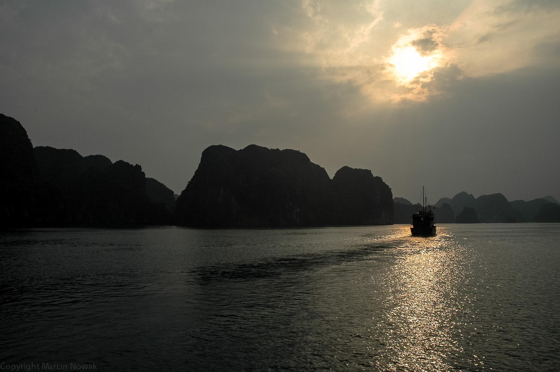 Zatoka Ha-long o zachodzie słońca